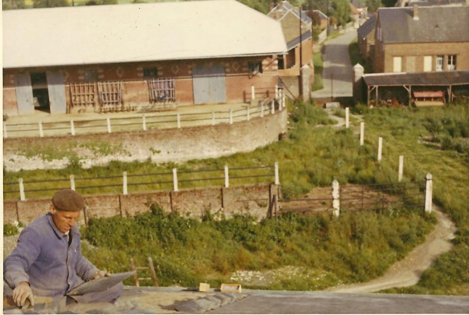 Jean Ponchard réparant les ardoises du toit de la ferme