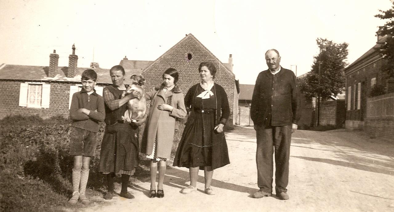 Famille Parau rue de l'église Falvy