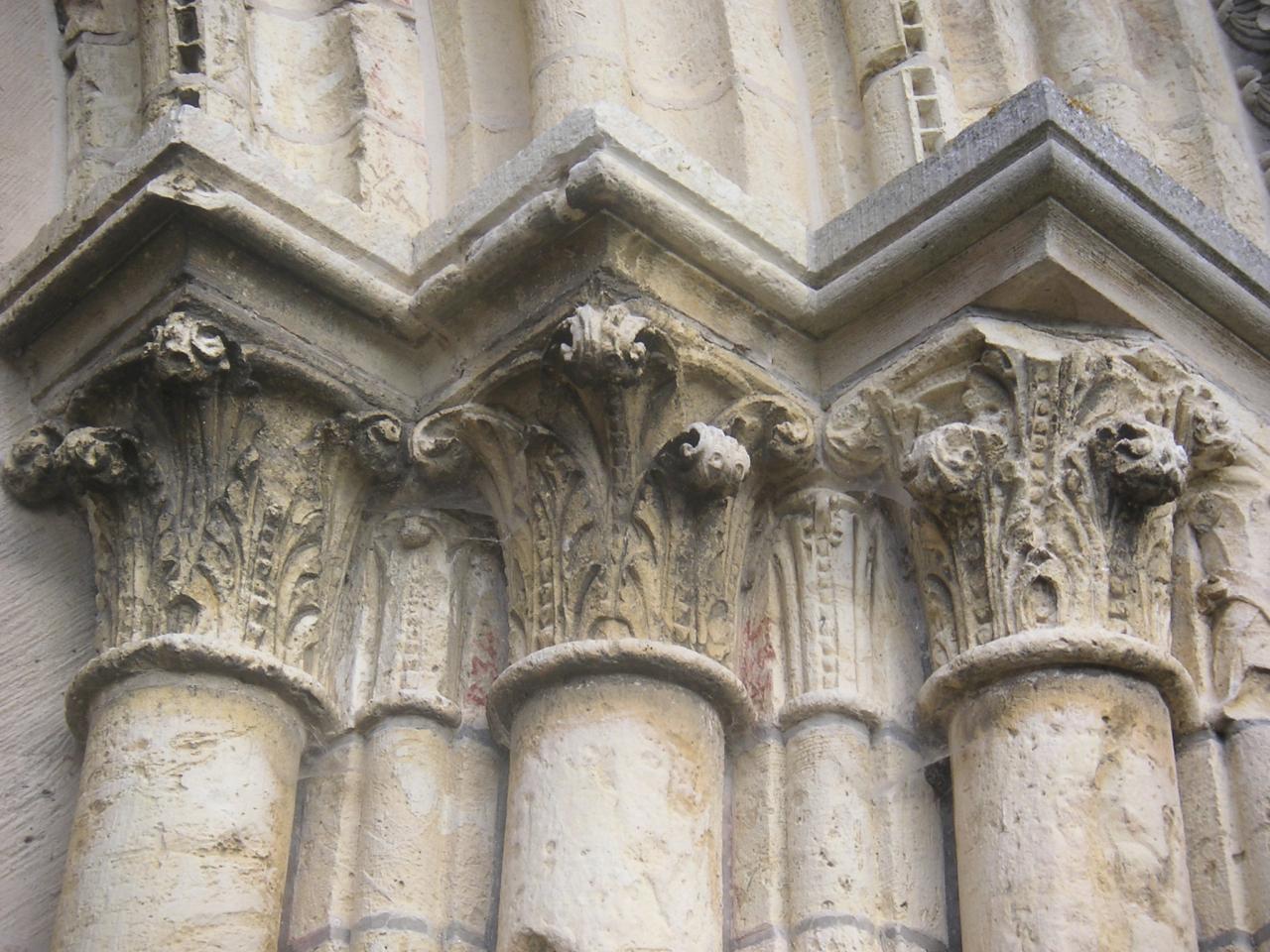 Quel est le style architectural de ces chapiteaux ?