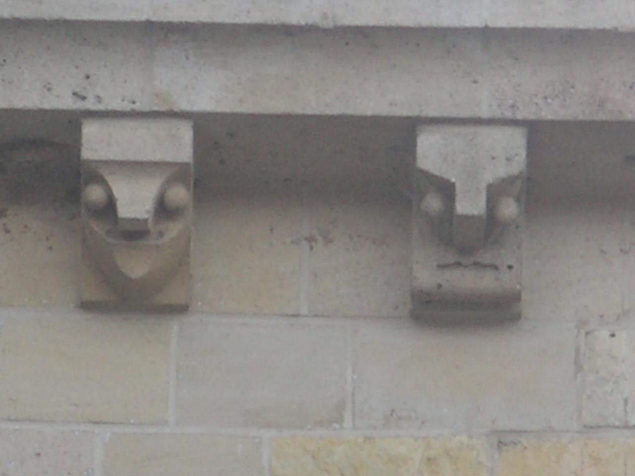 Comment appelle-t-on ces éléments ornementaux placés sous une corniche ?