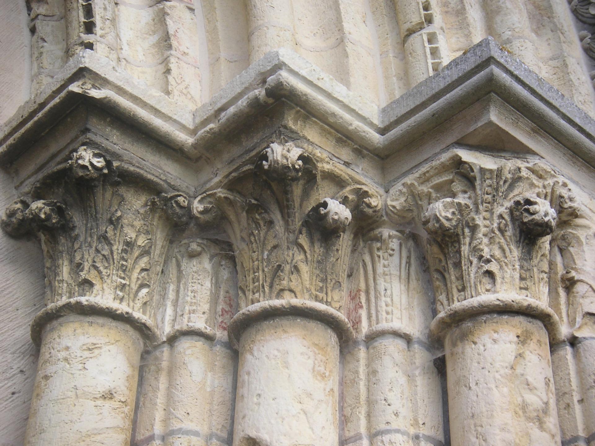 Les chapiteaux du portail ouest ont été restaurés par ?