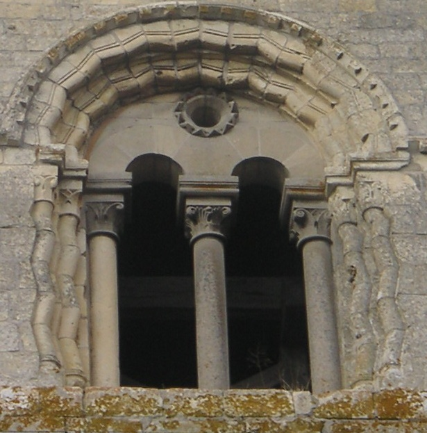 Quel est le style architectural de cette ouverture ?