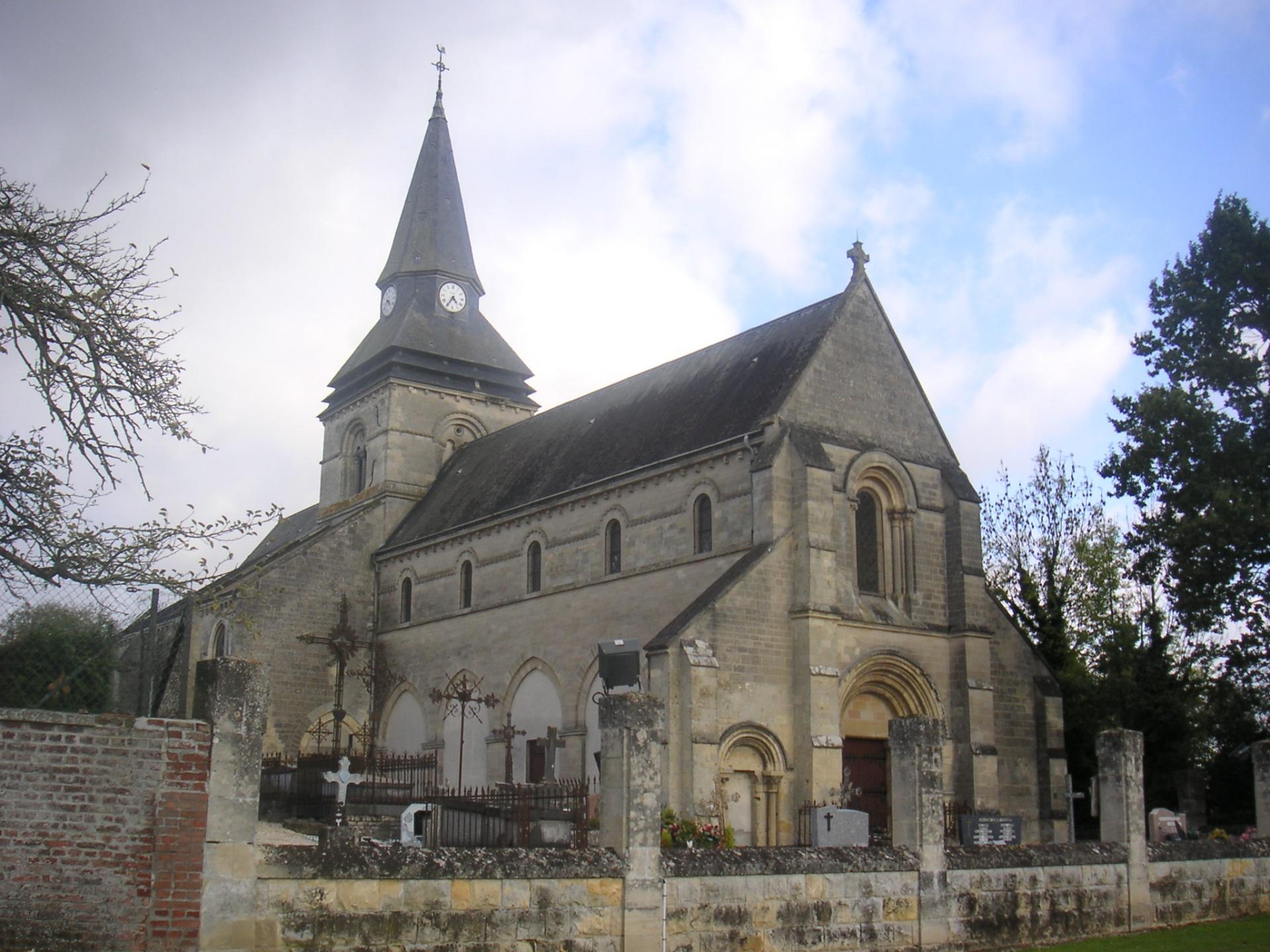 A quel architecte ont été confiés les travaux de l'Eglise de Falvy ?