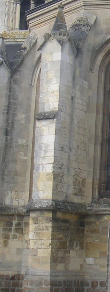 Comment appelle-t-on un pilier extérieur massif et saillant destiné à soutenir les voutes en pierre de l'église ?