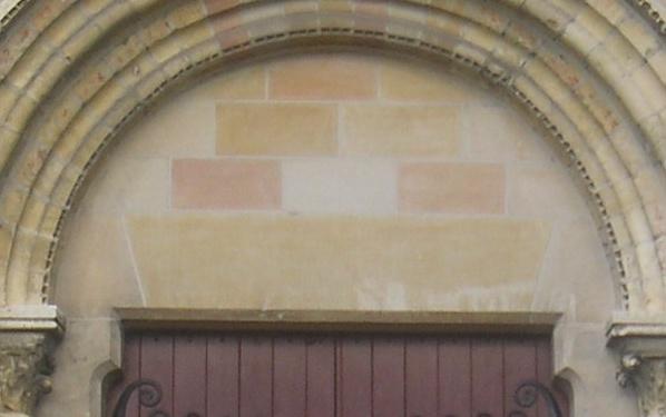 Comment s'appelle cette partie semi-circulaire située au-dessus de la porte d'entrée ?