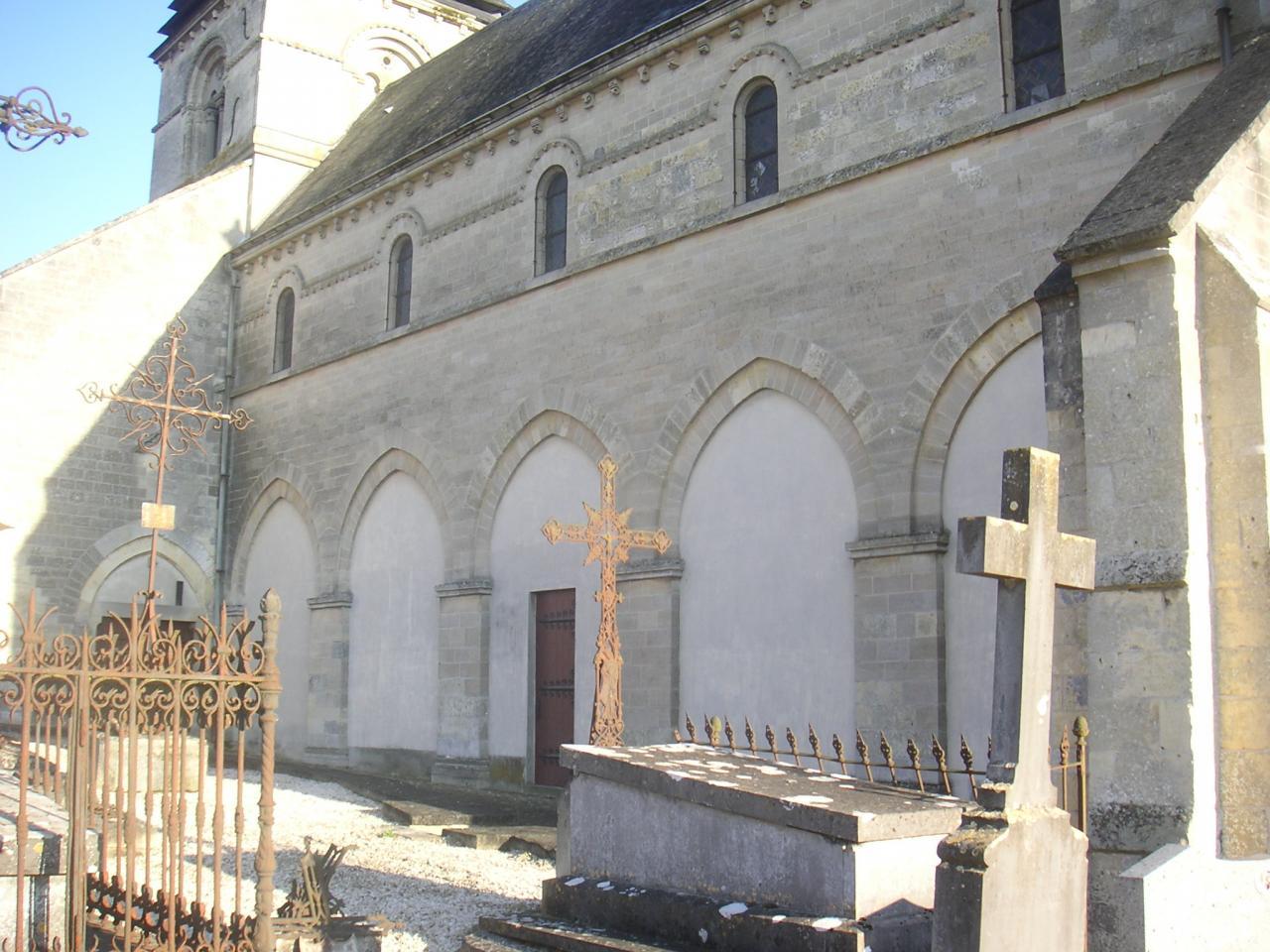 Quand ont été détruits les bas-côtés de l'église de Falvy ?