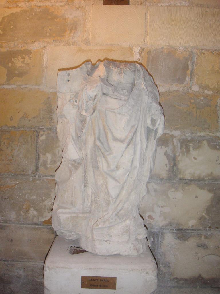 Quel est le nom de cette statue patronne des sapeurs-pompiers se trouvant dans le croisillon sud de l'église de Falvy ?