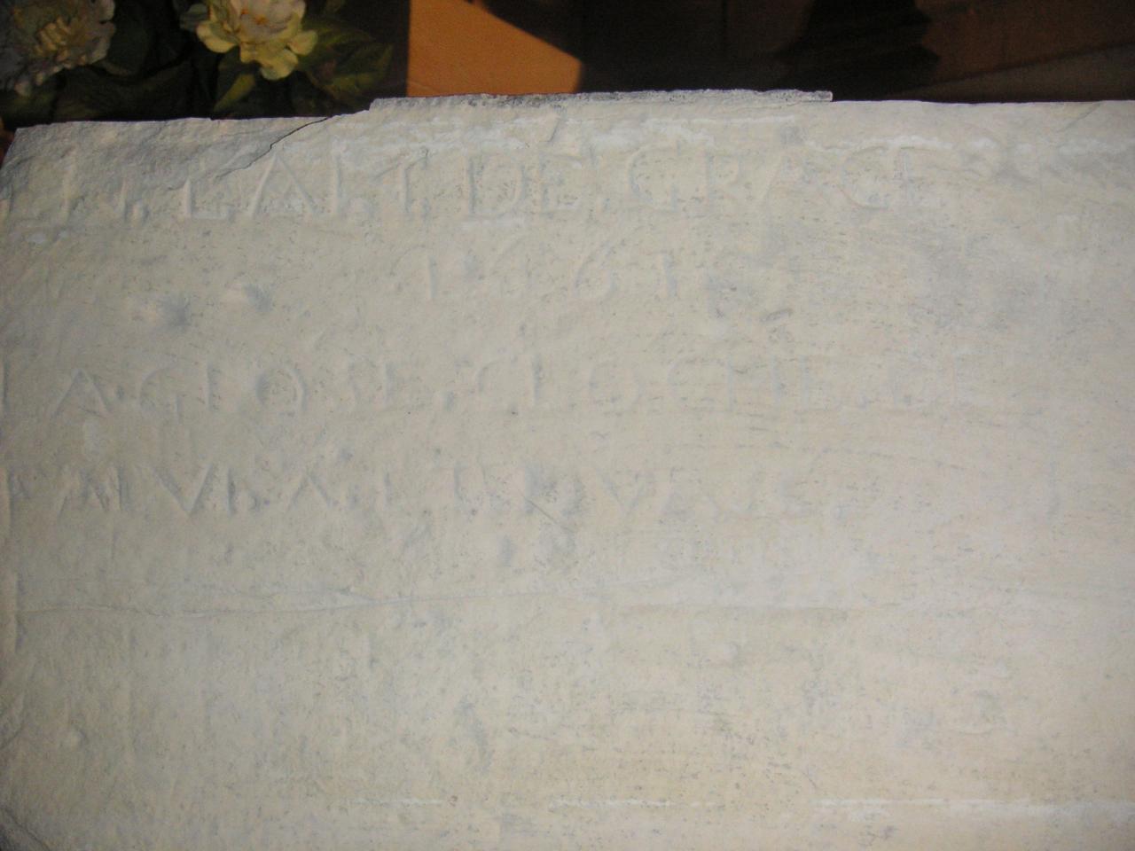 Comment appelle-t-on cette inscription du XVIIème siècle gravée sur cette pierre ?