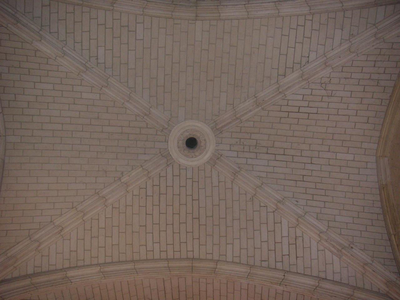 En architecture religieuse, quelle est la principale caractéristique du style gothique par rapport au style roman ?