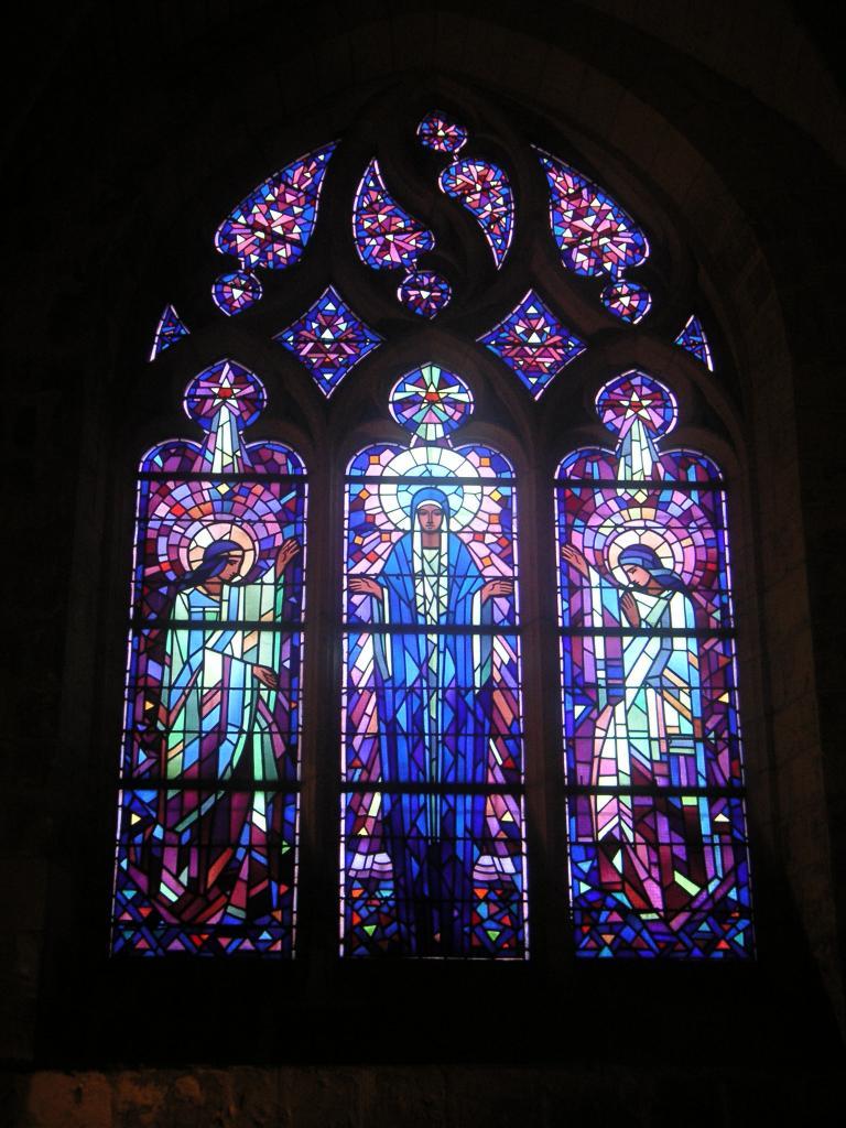 Comment s'appellent les carreaux colorés des fenêtres de l'église ?