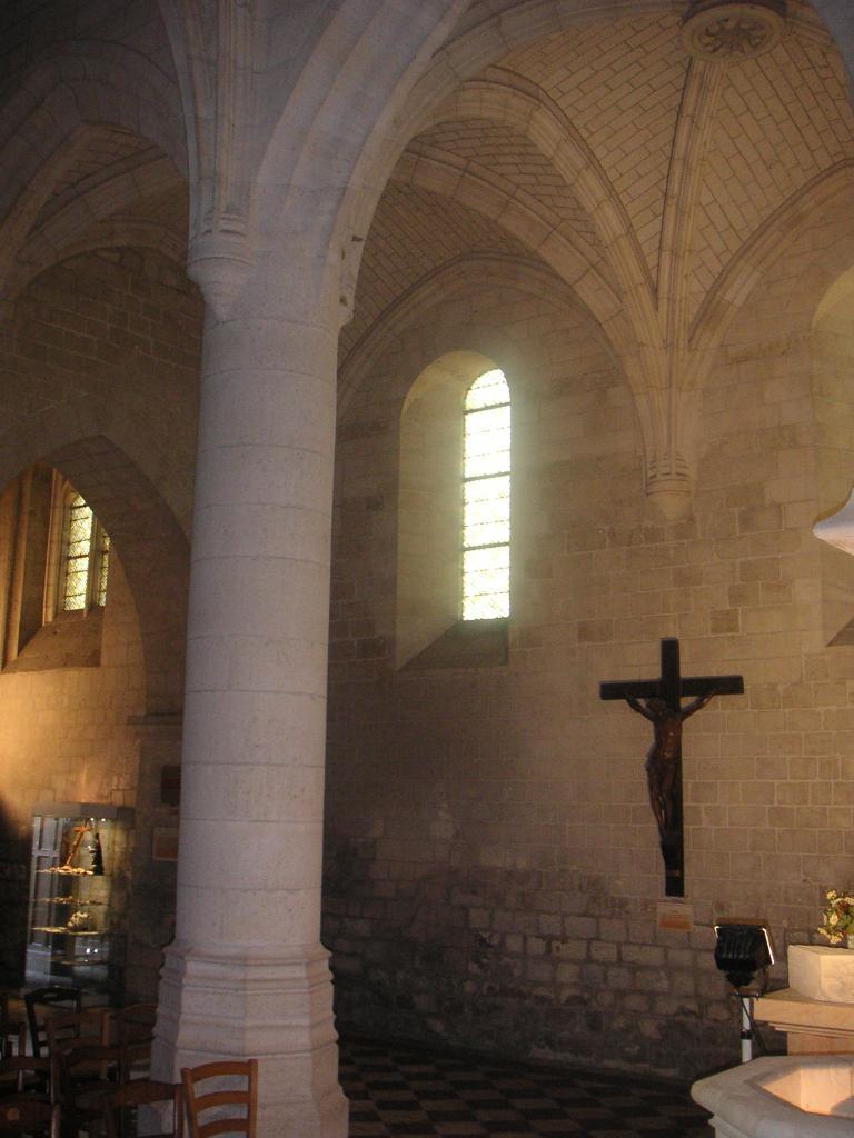 Dans la chapelle nord de l'église de Falvy, quelle sépulture s'y trouve ?
