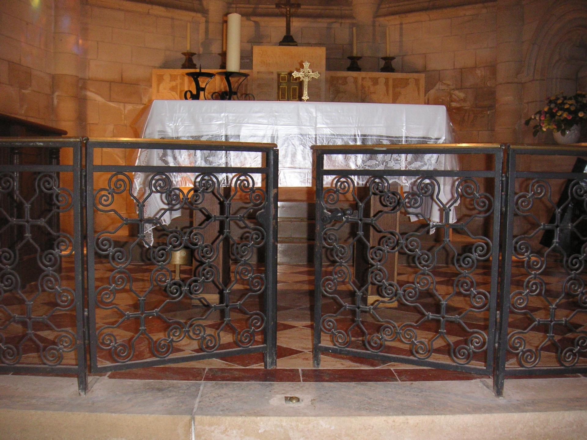 L'appui de communion en fer forgé a été conçu et posé par ?