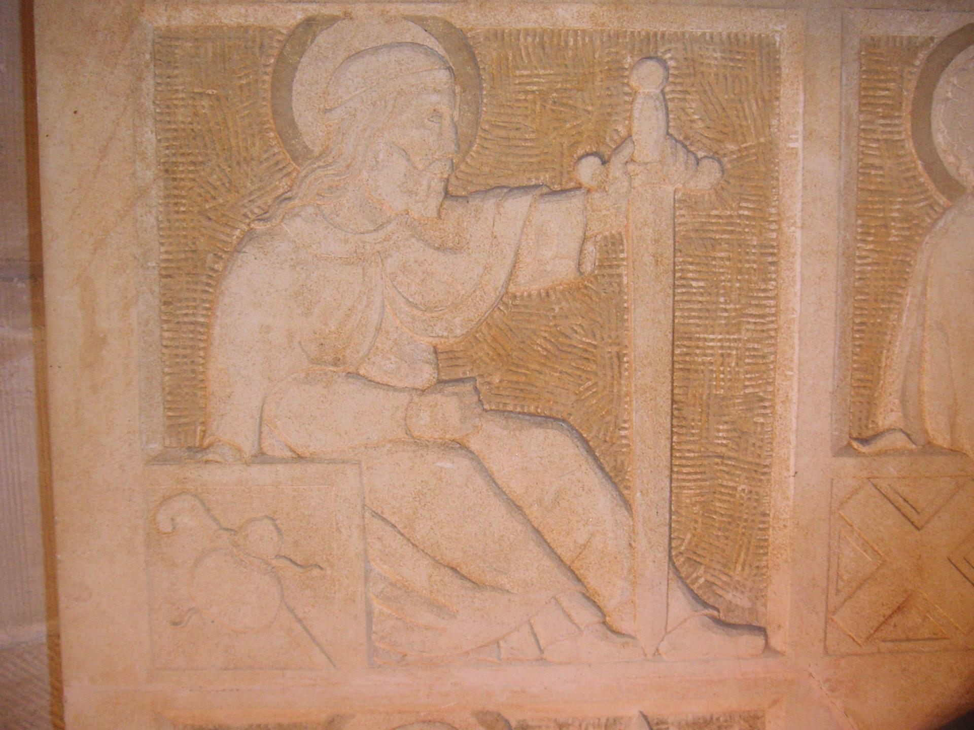La décoration des autels a été soigneusement travaillée par ?