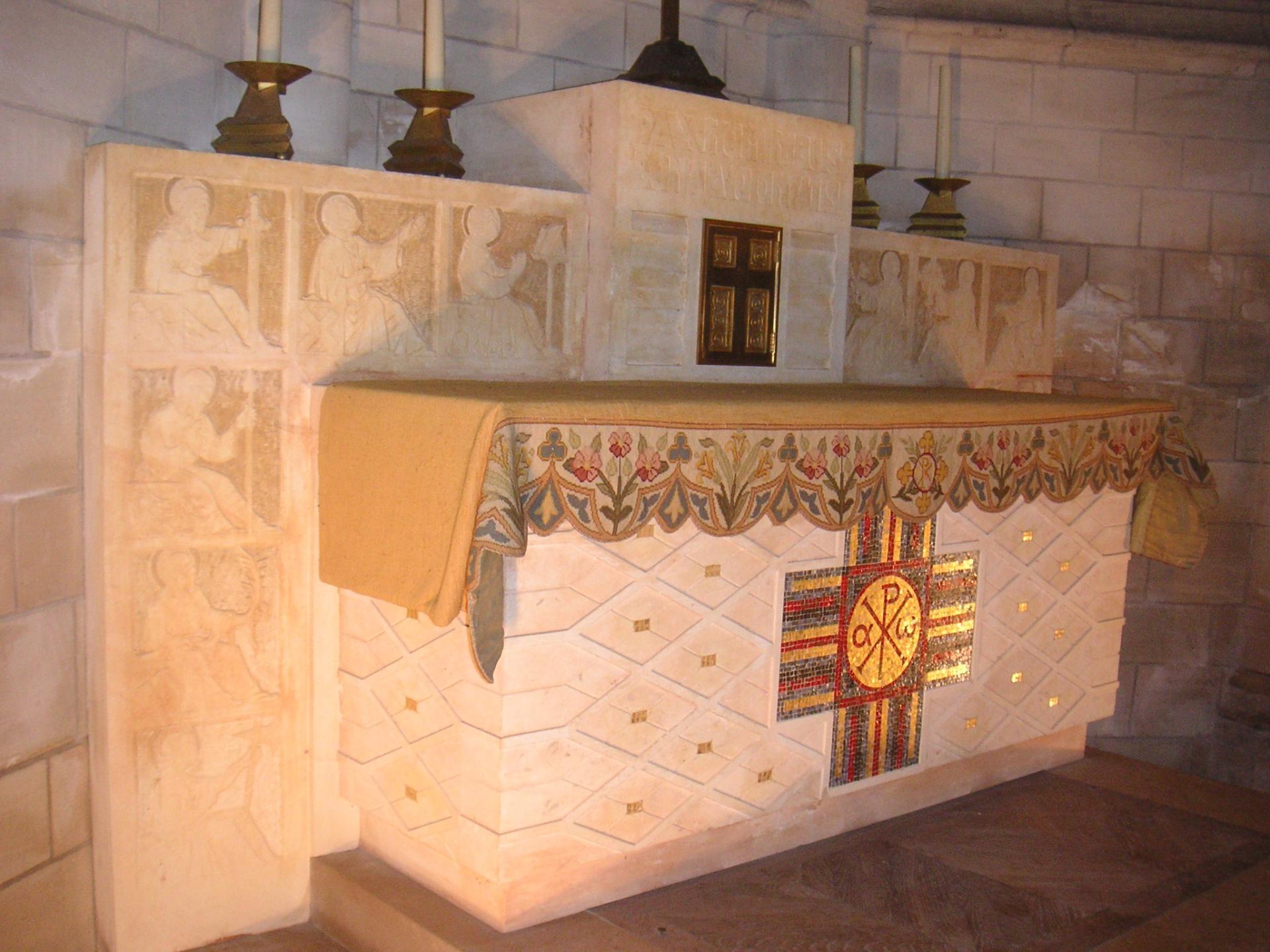 Le mobilier pierre (autels, fonts baptismaux...) a été réalisé et posé par ?